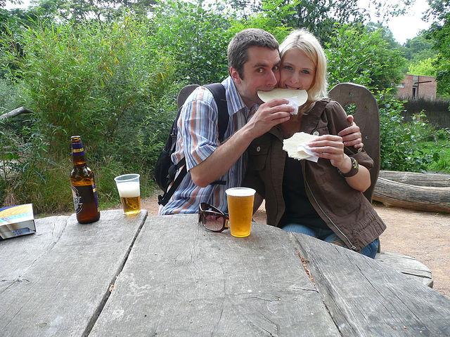 чешское пиво и чешские оплатки в пражском зоопарке