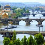 река под мостами Праги